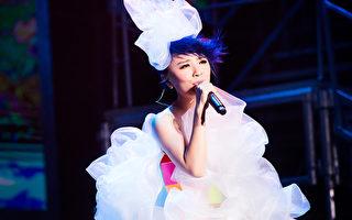 """2015年11月22日,大陆歌手黄雅莉在北京举办了首场个唱""""Twinkle闪闪的黄雅莉""""。(种子音乐提供)"""