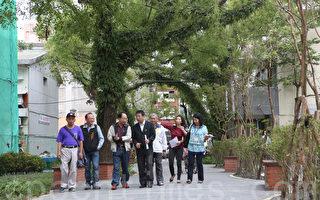 宜兰市长江聪渊(左4)与在地作家吴敏显(左3)散步在葛玛兰厅旧址上。(曾汉东/大纪元)