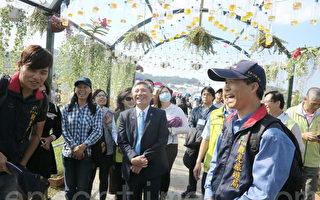 """台中市副市长张光瑶,参观由回收宝特瓶与花卉组成的""""花香小径"""",在微风徐徐中,亲身体验花香的芬芳。(赖瑞/大纪元)"""