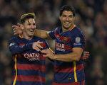 """巴塞罗那主场6-1击败罗马。梅西(左)和苏亚雷斯双双""""梅开二度""""并助攻一球。(LLUIS GENE/AFP/Getty Images)"""