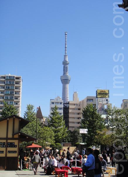 远处的晴空塔和近处的浅草寺(蓝海/大纪元)