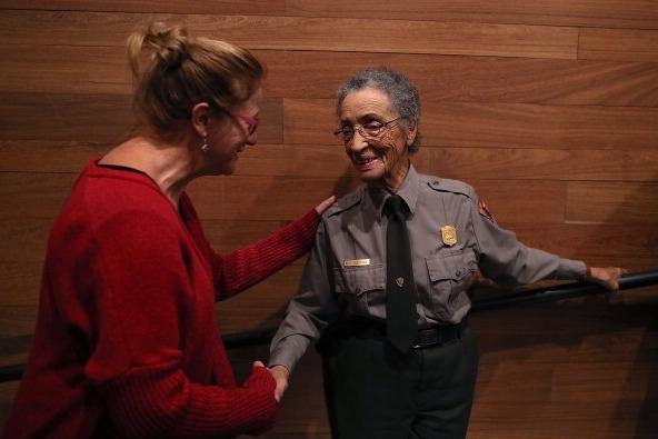 美国年龄最大的国家公园巡查员贝蒂•索斯金(Betty Soskin)受邀在12月4日点亮白宫圣诞树。图为索斯金与游客握手,摄于2013年。(Justin Sullivan/Getty Images)