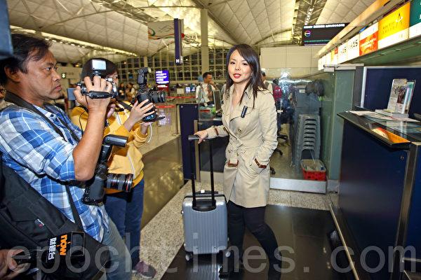 第65届世界小姐加拿大赛区冠军林耶凡今日(26日)经香港登机前往大陆三亚参加世姐决赛,被拒绝登机,目前滞留香港。图为林耶凡在香港国际机场接受媒体采访。(潘在殊/大纪元)