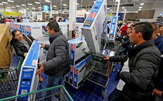 """2015年11月26日,美国民众与家人过完感恩节之后,匆匆出门赶到各大商场去抢购提前开卖的""""黑色星期五""""特价促销产品。(Sandy Huffaker/Getty Images)"""