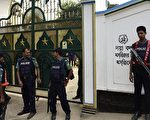 孟加拉于11月26日傍晚遭到IS袭击,5名枪手闯入北部一处什叶派清真寺,造成1人死亡、3人受伤。图为遭到袭击的清真寺。(MUNIR UZ ZAMAN/AFP/Getty Images)