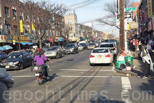 8大道的电单车骑士。(杜国辉/大纪元)