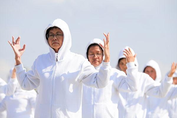 来自台湾、韩国、日本、新加坡、越南、澳大利亚、美洲、欧洲等地的6300名部分法轮功学员,11月28日在台湾中正纪念堂自由广场演炼功法。(白川/大纪元)