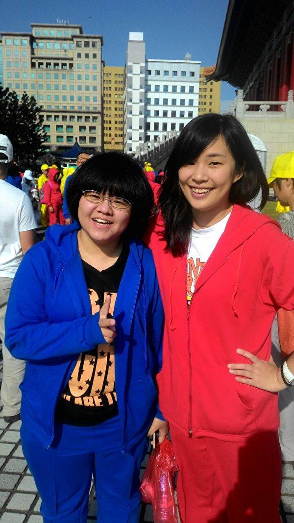 来自桃园中坜区的法轮功学员洪家姊妹,28日上午七点一同赶赴中正纪念堂参与今年的排字盛会。(左为姐姐洪毓庭、右为妹妹洪雅文)