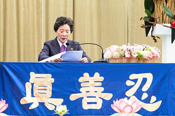 2015法轮大法台湾修炼心得交流会11月29日在台大体育馆召开,赵月娥交流修炼心得。(白川/大纪元)