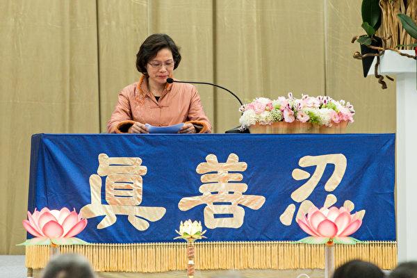 2015法轮大法台湾修炼心得交流会11月29日在台大体育馆召开,郭思绮交流修炼心得。(白川/大纪元)