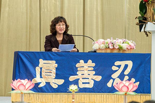 2015法轮大法台湾修炼心得交流会11月29日在台大体育馆召开,王三龄交流修炼心得。(白川/大纪元)
