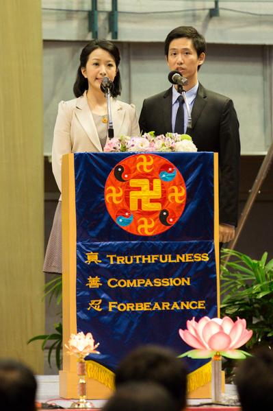 2015法轮大法台湾修炼心得交流会11月29日在台大体育馆召开,图为大会主持人。(白川/大纪元)