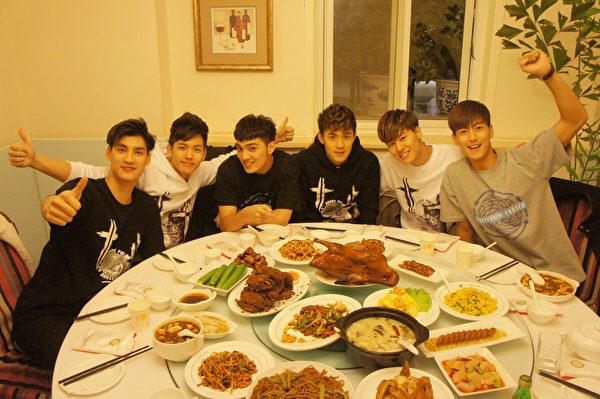 SpeXial北京宣传,如愿啖烤鸭大餐。(华纳提供)