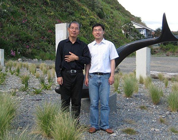 2006年10月22日,贾甲(左)在台湾公开退出中国共产党。(贾甲本人提供)