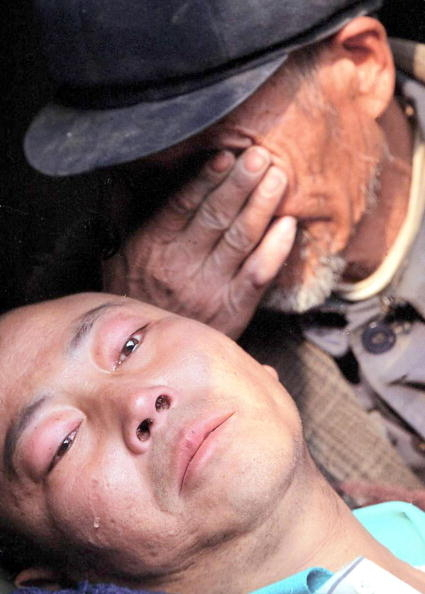 2009年艾滋病是造成最多中国人死亡的传染病。图为一位父亲抱着因卖血而感染艾滋病的儿子哭泣。(STR/AFP/Getty Images)