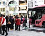 日本《產經新聞》12月8日的一篇報導稱,台灣人出外旅遊不敢講華語,怕被當成「陸客」遭歧視。而台灣媒體稱,報導說出了台灣人的心聲。圖為到日本旅遊的大陸遊客。(TOSHIFUMI KITAMURA/AFP/Getty Images)