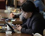 由於手機安全認證方法將在2016年1月1日更新,使用機齡超過五年的舊手機可能無法登入加密網站,預估全世界將有大約四千萬人受到影響。圖為北京一名使用手機上網的女子。(WANG ZHAO/AFP)