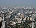 大陆房产商大量高价购入一线城市土地,推升土地价格,令业界担心会有过热风险,但同时中小城市的楼市却表现萧条。(Ed Jones/AFP/Getty Images)