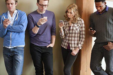 """智慧型手机推出后,""""人手一机""""的热潮延续至今,更衍生出""""低头族""""的新名词。这群人在走路、乘车、排队等场合均机不离手,一直保持低头盯着萤幕的状态。(Gettyimages)"""