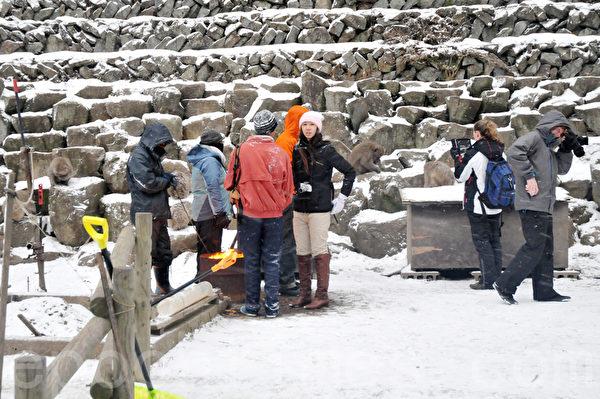 温泉旁边还特地为游客设立一个可以供取暖的火炉。(孙明国/大纪元)