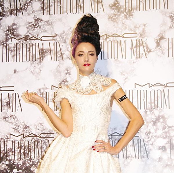 有人说化妆是种礼貌,所以许多女人爱化妆。图为香港超模Lisa。(黄宗茂/大纪元)