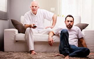 根據一份長達25年的研究,成年後看太多電視,可能導致年長失智。(fotolia)