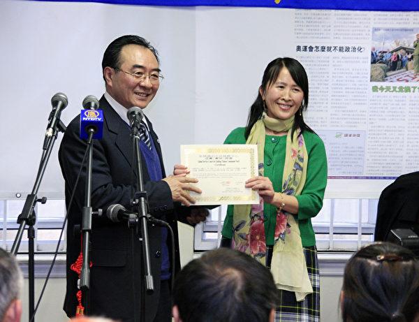 2010年1月1日,前沈阳市委宣传部联络部长和沈阳日报总经理张凯臣(左)公开退党。(大纪元资料室)