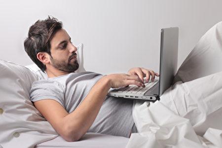 睡眠医学专家建议睡前一小时内不要使用电子设备。(fotolia)