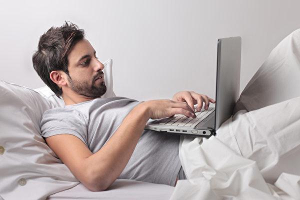 睡眠醫學專家建議睡前一小時內不要使用電子設備。(fotolia)