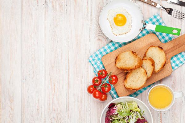 早起,給自己和家人準備一餐健康的早飯。(fotolia)