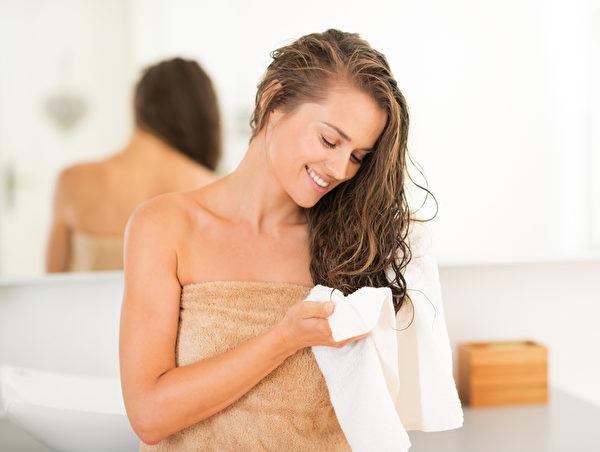 就寝前洗个热水澡后体温会降低,有助于增进睡意。(fotolia)