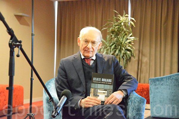 加拿大著名人权律师大卫‧麦塔斯手持他与Torsten Trey医生共同编辑的图书《国家器官》(STATE ORGANS),此书汇集了来自欧美亚澳四大洲医学界专业人士对中共活摘器官的意见和分析。(易凡/大纪元)