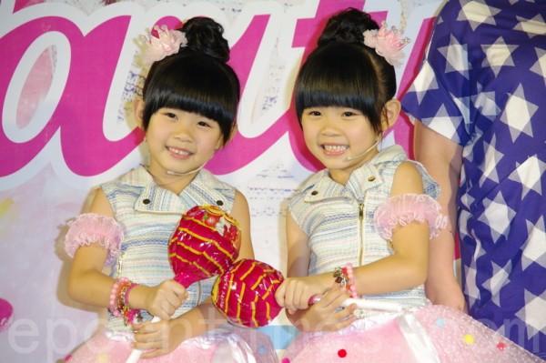 左左右右發專輯Party Time於2015年8月1日在台北專輯首簽見面會。(黃宗茂/大紀元)