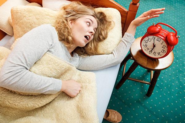 如果不在鬧鐘第一次響起時就起床,你很可能會不止一次按下小睡鍵。(fotolia)