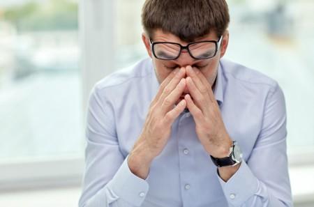 眼睛缺少阳气滋润时还过度疲劳,是导致近视的原因。(Fotolia)