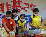 台湾立法院三读通过学校供应膳食禁用基改食品。图为台中大仁国小老师采用非基改大豆,教学生简易制作豆浆,大豆先浸泡6 小时,用果汁机打碎,经第一次烹煮3分钟后捞掉泡沫,再烹煮2分钟,就可以喝到香浓豆浆了。(黄玉燕/大纪元)