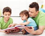 孩子们与他们的父亲读故事书 - 坐在地板上(fotolia)