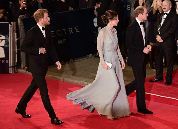 左至右:哈里王子、凯特王妃和威廉王子出席《007:大破幽灵危机》首映礼。(LEON NEAL/AFP/Getty Images)