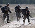 美国一名国防部高级官员表示,五角大楼将考虑派遣更多的特种部队打击IS组织。图为已经驻扎在叙利亚打击IS的美国特种兵。(Ian Hitchcock/Getty Images)