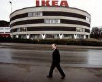 宜家家居(IKEA)創始人英瓦爾‧坎普拉德(Ingvar Kamprad)被讚譽為「瑞典最勤奮、最節約的人」。圖為1989年2月14日,坎普拉德攝於斯德哥爾摩第一家IKEA商場前。(LARS NYBERG/SCANPIX SWEDEN/AFP)