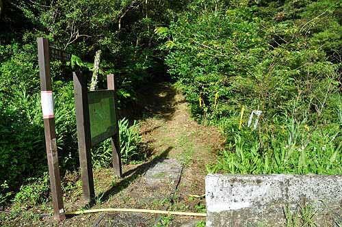 步道终点。路口立有登山导览图,并设置一座流动厕所。 (图片提供:tony)