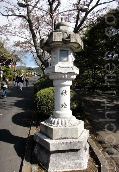 平和公园入口路边的献灯(蓝海/大纪元)