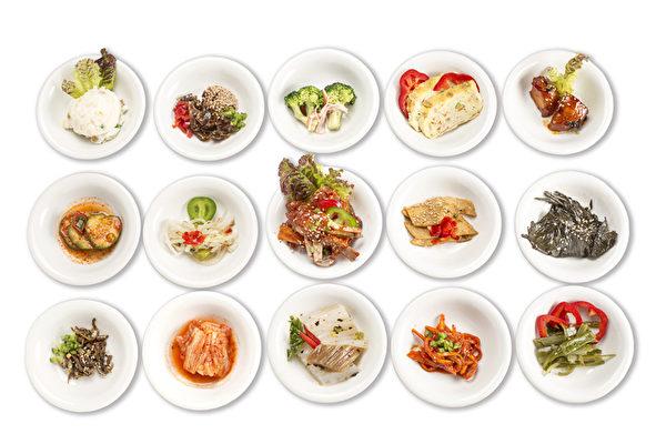 凡点豆腐煲或烤牛排,都会获赠15碟秘制韩式小菜。(张学慧/大纪元)