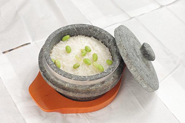 点缀几颗青豆的石锅米饭,晶莹软糯香气四溢。(张学慧/大纪元)