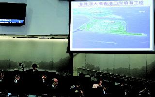 立法會工務小組委員會昨日開會討論港珠澳大橋工程追加約54.61億申請。多名議員不滿政府的工程一再浪費公帑,要求政府就工程費用「封頂」。(蔡雯文/大紀元)