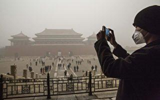 北京从11月27日起开始遭遇严重污染;11月30日,污染指数惊人,PM2.5(微细悬浮粒子)浓度最高接近1,000微克/立方米。这个浓度逼近造成逾万人死亡的1952年伦敦烟雾事件之污染浓度。图为一位戴着口罩的民众正在拍照。(Kevin Frayer/Getty Images)