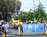 南澳法轮功社团第14年受邀参加社区圣诞花车游行受欢迎。(李倩西/大纪元)
