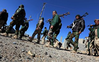 伊拉克总理于2015年12月5日发声明,要求土耳其撤出未经巴格达当局授权而进入伊拉克摩苏尔的军队。土耳其声称这支军队是计划在当地协助训练库尔德族民兵与伊斯兰国作战。本图为伊拉克的库尔德民兵组织。(SAFIN HAMED/AFP/Getty Images)