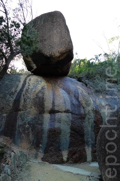 步行去酒杯湾,山路中花岗岩石,如飞来石。(华苜/大纪元)