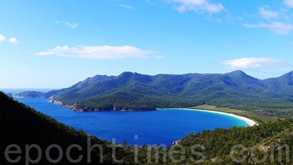 世界著名的酒杯湾(Wineglass Bay)就在半岛的东侧,位于群山之中。(华苜/大纪元)